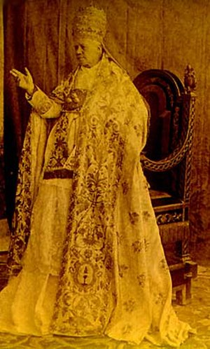 Papal conclave, 1903 - Pope Pius X (1903–1914) wearing the 1834 Papal Tiara of Pope Gregory XVI
