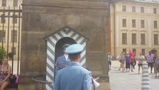 Fil: Praha slottvakt skifter vakt hver time.webm