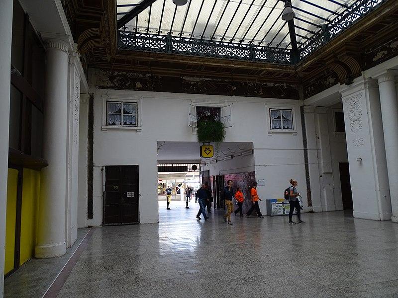 File:Praha Masarykovo nádraží, příchod od metra.jpg