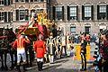 Prinsjesdag 2014- Koning stapt uit de koets.jpg