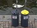 Rašínovo nábřeží, odpadkové koše na náplavce.jpg