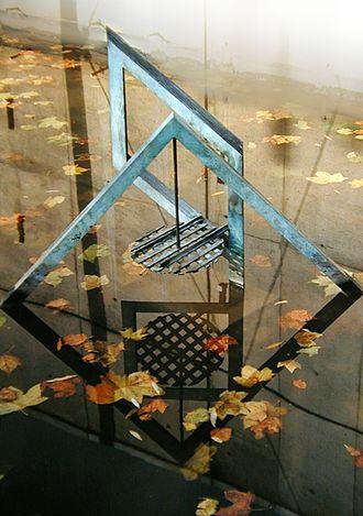 Sculptures Bachelard - Image: Reflet anamorphose 1