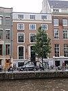 foto van Dubbel huis met gevel van drie vensterassen onder rechte lijst met attiek