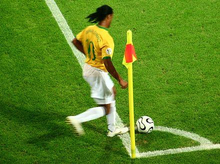 f9d4e33cc6 Ronaldinho cobrando um escanteio na Copa do Mundo de 2006.
