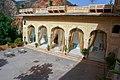 Samode Palace courtyard arcades - panoramio.jpg