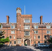 Selwyn College Gatehouse Tower, Cambridge, UK - Diliff.jpg