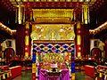 Singapore Buddha Tooth Relic Temple Innen Vordere Gebetshalle 09.jpg