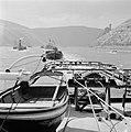 Sleep met vooraan Amoeneburg 10 en links een radersleepboot bij ruïne Burg Ehre…, Bestanddeelnr 254-1544.jpg
