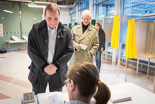 Stefan Löfven och Ingvar Carlsson förtidsröstar (13950064110)