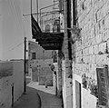 Straatbeeld in de kunstenaarskolonie bij Safad (Safed) met een huis met een smee, Bestanddeelnr 255-3987.jpg