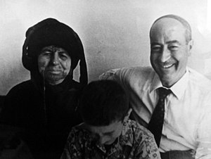 Suleiman Mousa - Mousa with his mother Farha Al-Nasser wearing traditional garb in August 1972.