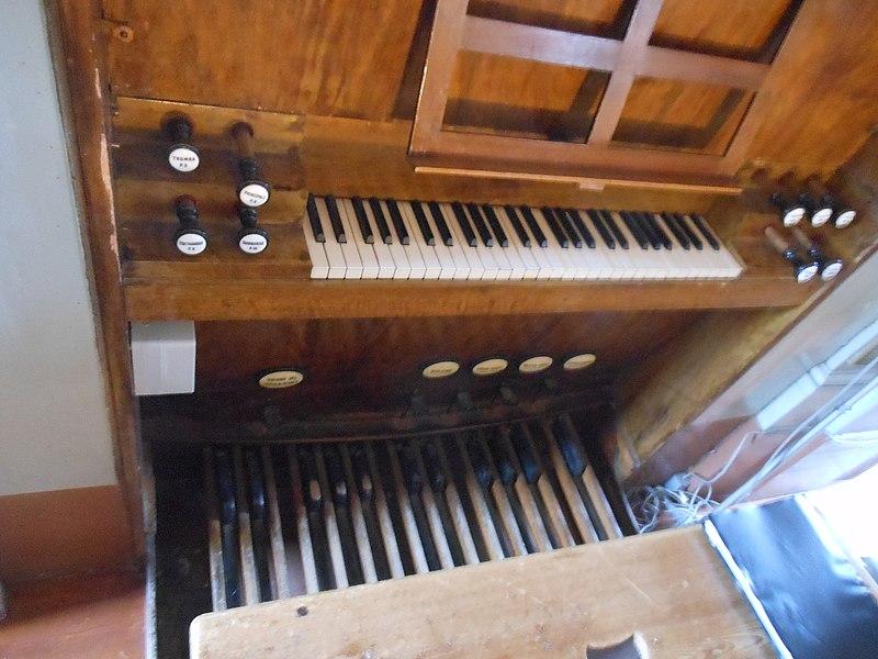 Datei:Sutrio, Chiesa di Ognissanti, Organo Beniamino Zanin, consolle.jpg