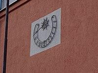 Třebíč, Družstevní, sluneční hodiny na škole.jpg