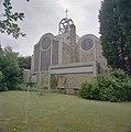 Tuin van de pastorie gezien vanaf de achterzijde van de pastorie met zicht op de oostgevel van de kerk - Vaals - 20331447 - RCE.jpg