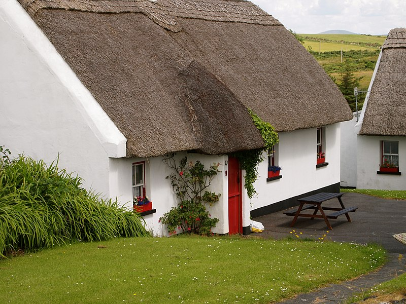 File:Tully Cross thatched cottage.jpg