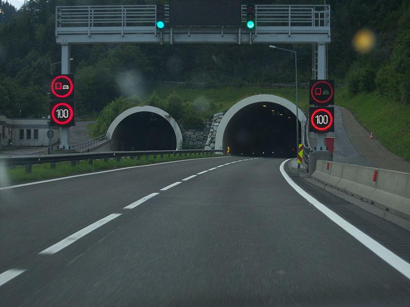 File:Tunnel Wald.JPG