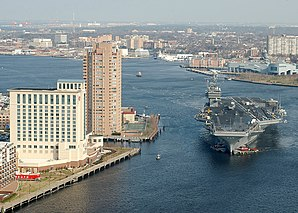 Die USS George Washington (CVN-73) auf dem Elizabeth River, der durch Norfolk in den Atlantik fließt