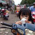 Une enfant au marché au Sud Vietnam.jpg