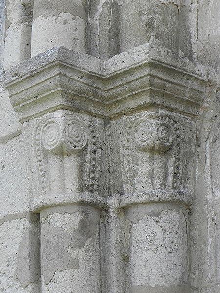 Église Saint-Rémi de Verneuil (51). Chapiteaux de la porte romane.