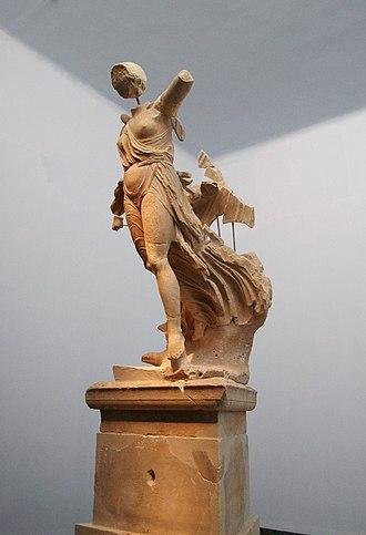 Archaeological Museum of Olympia - Image: Victòria de Peoni, Museu Arqueològic d'Olímpia