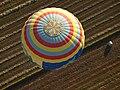 Vista superior del globus sobre un camp llaurat.JPG