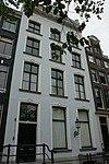 foto van Pand met gepleisterde zandstenen gevel met triglyfenlijst, gebeeldhouwde balustrade en vensteromlijstingen