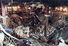 Grube af ødelæggelse med stålsøjler som står op fra bunden.