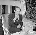 Walter Mehring zittend op een terras, Bestanddeelnr 254-5067.jpg