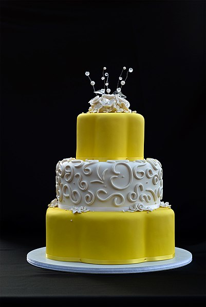 wedding cakes yellow file wedding cake yellow with white roses 2 jpg 26161