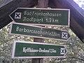 Wegweiser zwischen Bad Frankenhausen und Barbarossahoehle (Barbarossahoehle 2,8 km).jpg