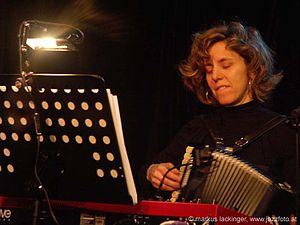English: Zeena Parkins performing with Cosa Br...