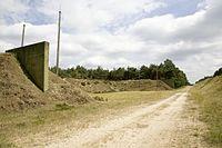 Zicht op splitterwallen tussen munitieloodsen, op tereein van verlaten munitiedepot, bij Brachterwald - Brüggen - 20536744 - RCE.jpg