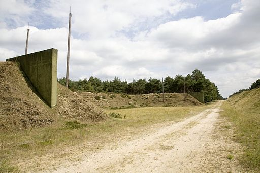 Zicht op splitterwallen tussen munitieloodsen, op tereein van verlaten munitiedepot, bij Brachterwald - Brüggen - 20536744 - RCE