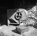 """""""Košara"""" (za krompir, repo, rezanco), v ozadju """"pajkelj"""" za žito čistit, Št. Pavel 1950.jpg"""