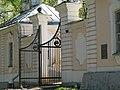 Ломоносов. Нижние дома. Дом лесничего и службы, ворота.jpg