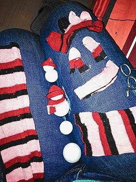 Создание игрушечных снеговиков из старых носков и пенопласта.jpg