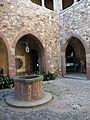 060 Castell cartoixa de Vallparadís (Terrassa), pou al claustre.JPG