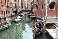 0 Venise, gondolier et ses passagers sur le Rio dei Frari (3).JPG