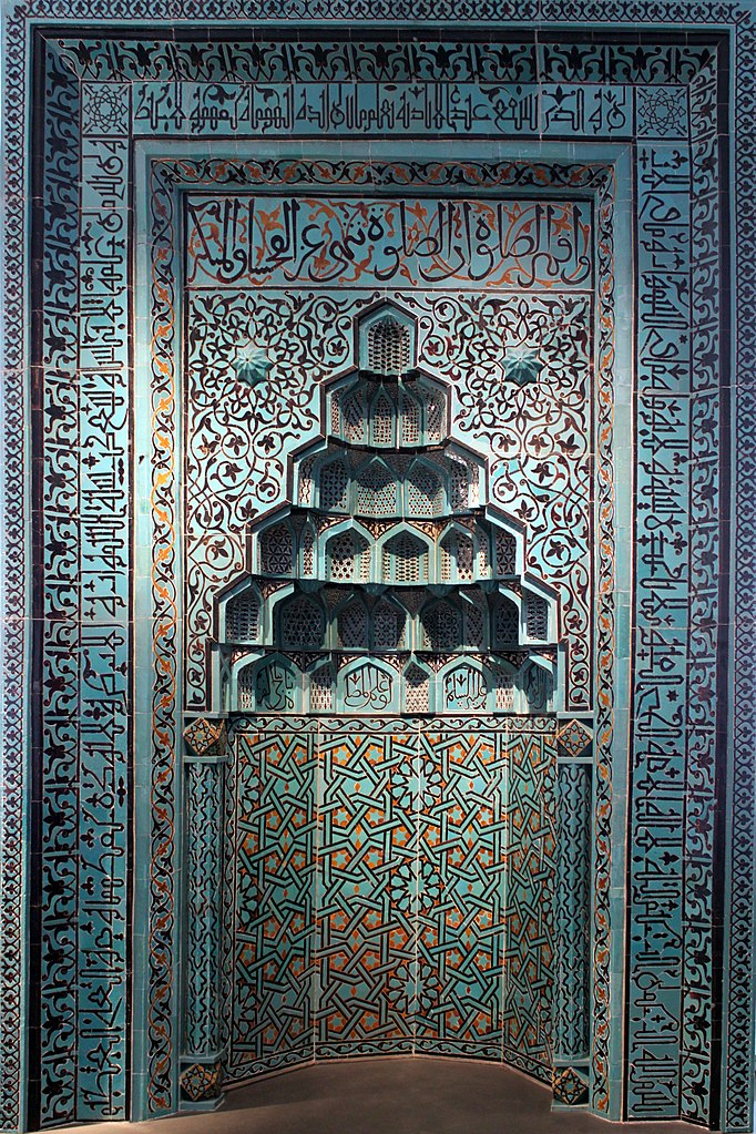 Muqarna en céramique avec des calligraphie arabe - Photo d'Anagoria.