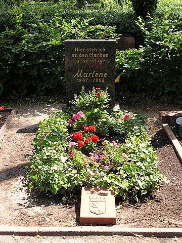 Почётная могила Марлен Дитрих от города Берлина на кладбище Штубенраухштрассе в Шёнеберге