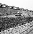 Aanleg en verbeteren van wegen, dijken en spaarbekken, lossgronden, stabiliseren, Bestanddeelnr 161-1275.jpg