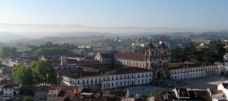 Ficheiro:Alcobaça.mosteiro.view.castello.jpg