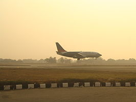 Air India Regional/ Alliance Air vliegtuig dat land in Delhi