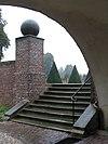foto van Muren en trappen met beelden en bollen van het voorplein
