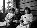 Andreas Moe med sine søstre Marie og Astrid (ca. 1910) (14729762940).jpg