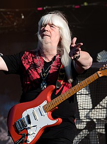 Энди Скотт на сцене с гитарой