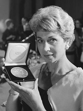 Anny de Lange toont de Theo d'Or (1962)