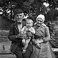 Anton in Ivanka Ilijaš (88 in 73 let), Račice, z vnukom Silvom 1955.jpg