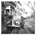 Austin az Andrássy út 94 előtt, az 1950 -es évek végén.tif