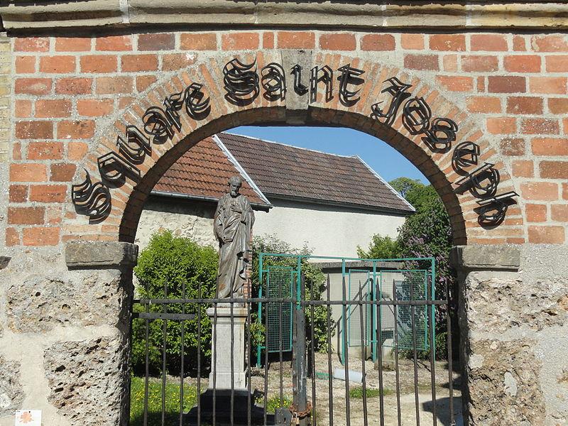 L'entrée du Square Saint-Joseph derrière l'église Saint-Trésain d'Avenay-Val-d'Or (Marne, France).